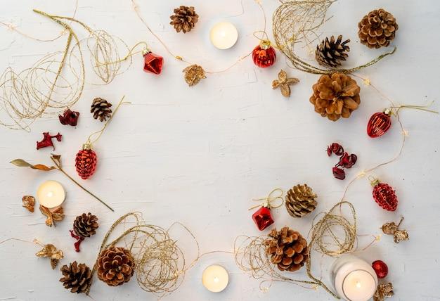Scatto dall'alto di decorazioni natalizie colorate rustiche sul tavolo di legno bianco con spazio per il testo Foto Gratuite