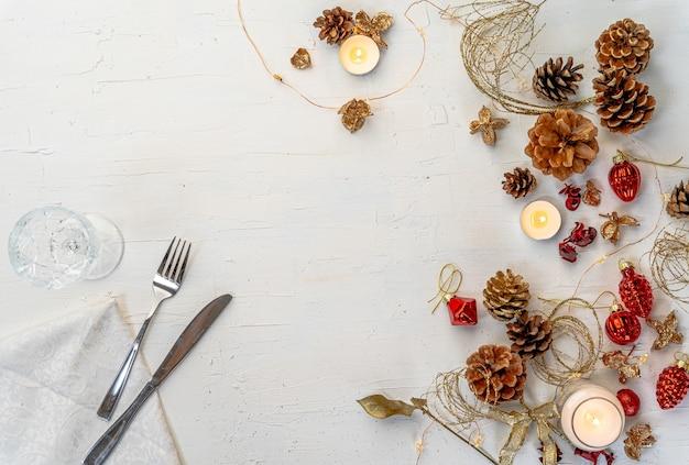 Scatto dall'alto di un tavolo da pranzo di natale colorato rustico con decorazioni e spazio per il testo Foto Gratuite