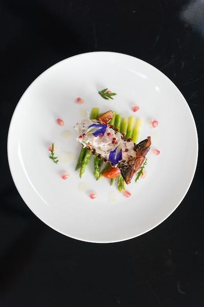 하얀 접시에 야채와 함께 접시의 오버 헤드 세로 샷 무료 사진