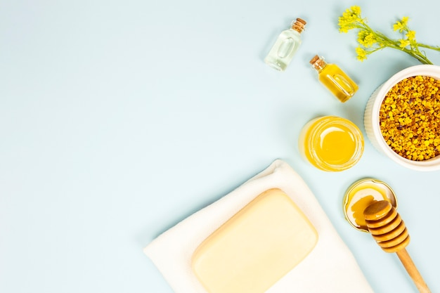 Overhead view of aromatherapy ingredient on blue background Free Photo