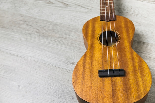 Overhead view of classical wooden guitar string on wooden plank backdrop Free Photo