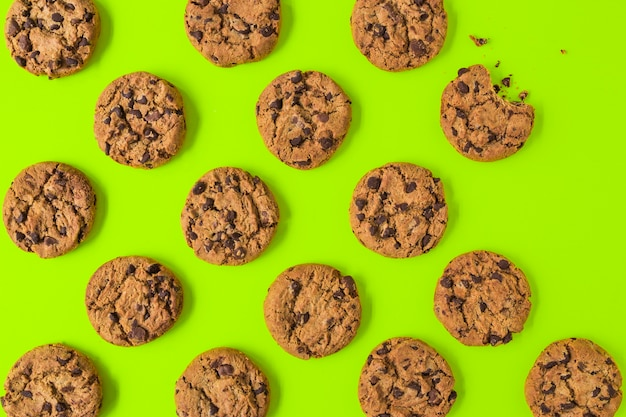 An overhead view of cookies on green background Free Photo