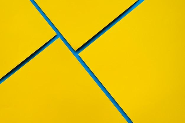 Vista dall'alto di quattro carte di cartone giallo Foto Gratuite