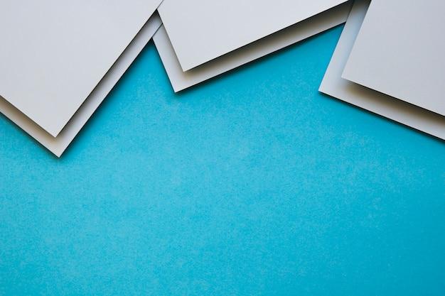Vista aerea di craftpapers grigio su sfondo blu Foto Gratuite