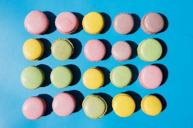 An overhead view of macaroons on blue background Free Photo
