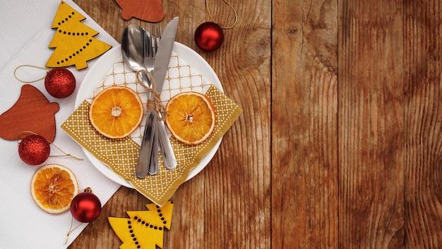 Вид сверху сервировки рождественского стола над деревянным столом с копией пространства. Premium Фотографии