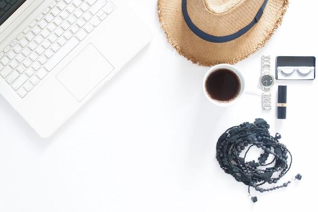 Вид сверху компьютерный ноутбук, чашка кофе и женщина аксессуары на белом фоне с копией пространства Premium Фотографии