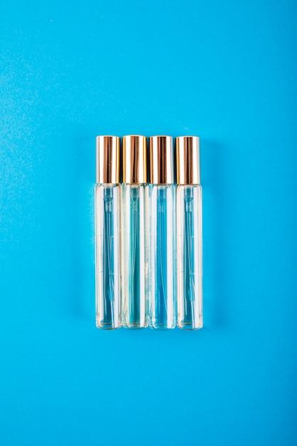 青い背景に香水ボトルのオーバーヘッドビュー 無料写真