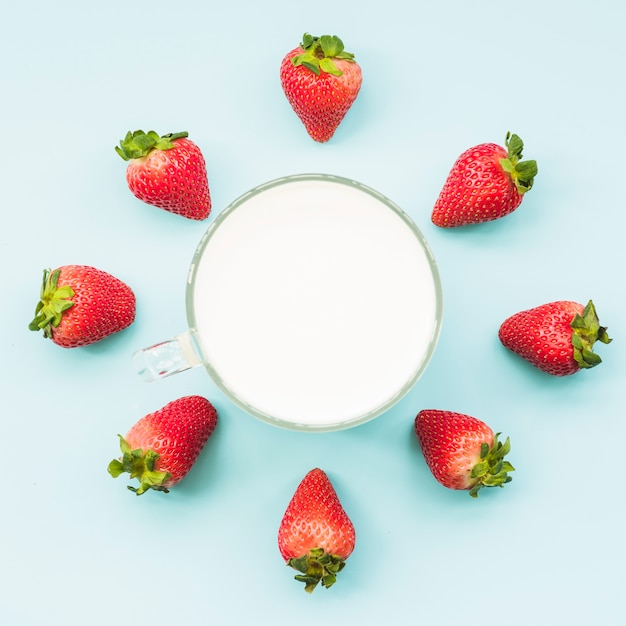 Верхний вид клубники и молока на синем фоне Бесплатные Фотографии