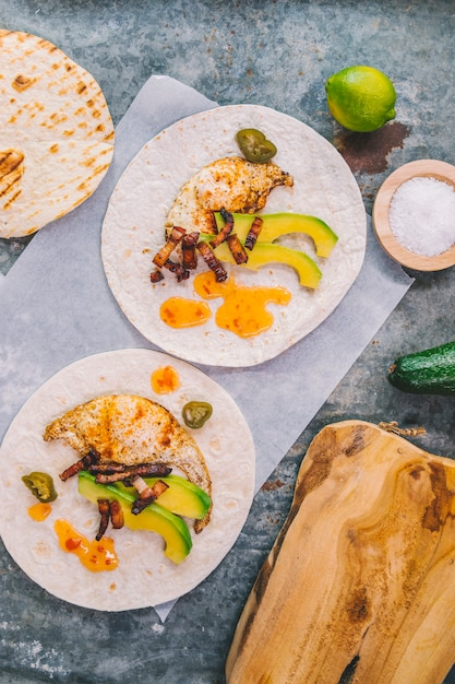 Overhead view of omelet with avocado on tortilla Free Photo