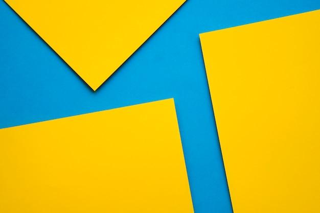 Un punto di vista ambientale di tre craftpapers gialli su fondo blu Foto Gratuite