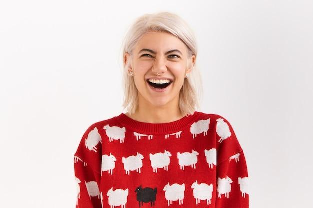 Femmina estatica felicissima che si diverte a ridere ad alta voce, con un ampio sorriso, tenendo la bocca spalancata. autentiche emozioni umane positive, reazioni e sentimenti Foto Gratuite