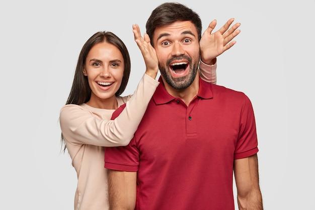 Безумно обрадованная смешная подруга и глупый друг вместе, счастливые выражения лиц Бесплатные Фотографии