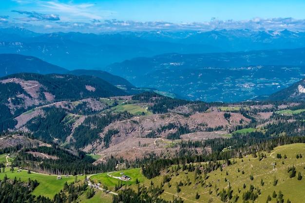 イタリア、南チロルの丘と山々を見下ろす景色 無料写真