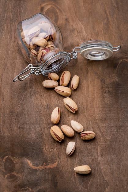 Перевернутая стеклянная банка с видом на орехи из жареных фисташек Бесплатные Фотографии