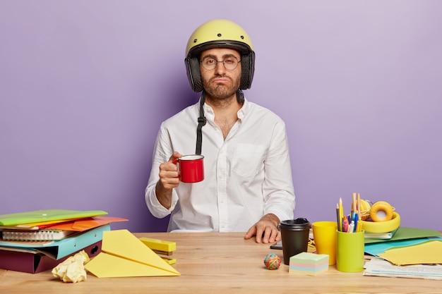 사무실 책상에 앉아 지나치게 직원 무료 사진