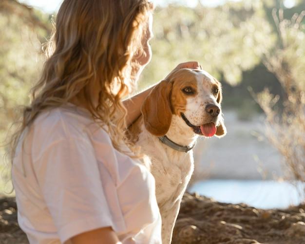 Владелец гладит свою собаку Premium Фотографии
