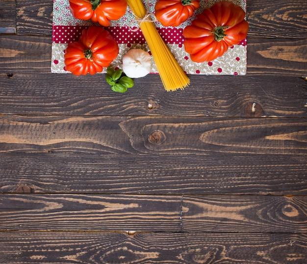素朴な木材の背景、テキスト用の空き容量に牛ハートトマト。 Premium写真