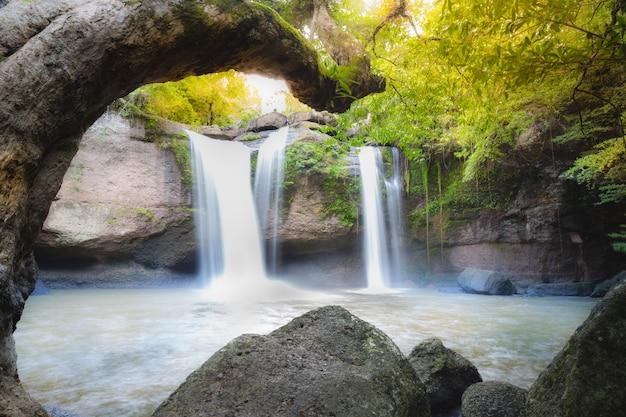 カオヤイ国立pのhaew suwat滝の深い森の素晴らしい美しい滝 Premium写真