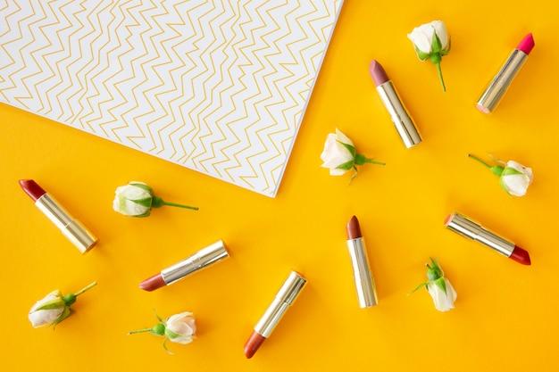 Confezione di rossetto sulla scrivania Foto Gratuite