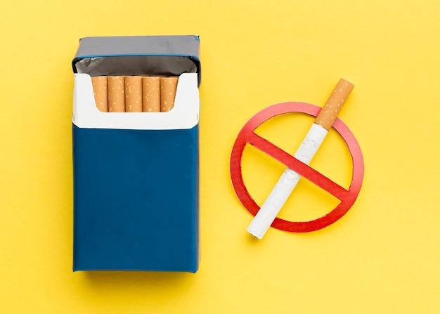 一時停止の標識が付いているタバコのパック Premium写真