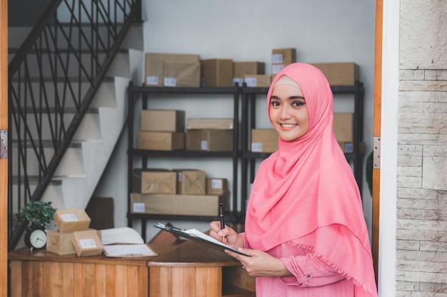 Kantor layanan pengiriman paket Foto Premium