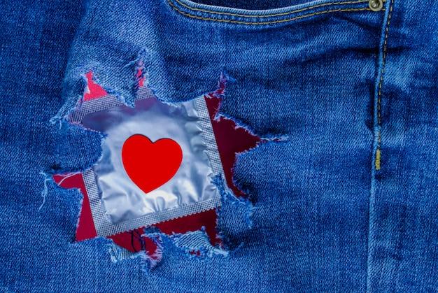 Красно-синий лесби секс в сексуальной одежде