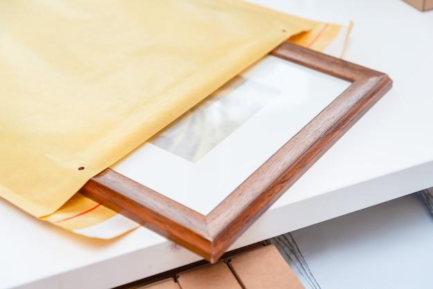 紙のバブル封筒にアートの額縁をパッケージ化 Premium写真