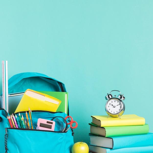 Упакованная школьная сумка и будильник для раннего пробуждения Бесплатные Фотографии