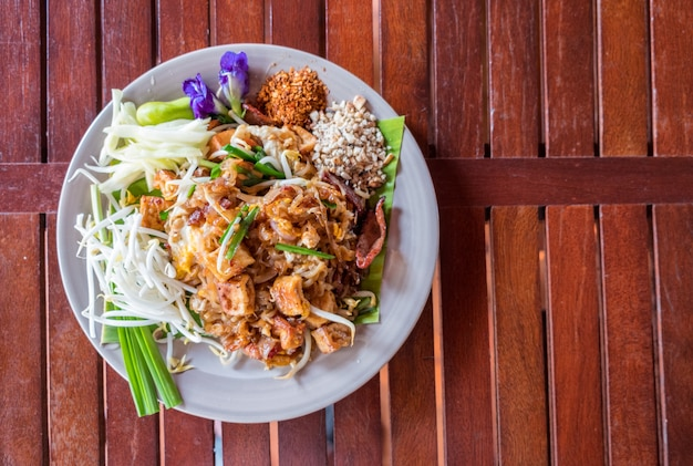 Pad thai of noodle stir-fried with meat and vegetable, traditional food Premium Photo