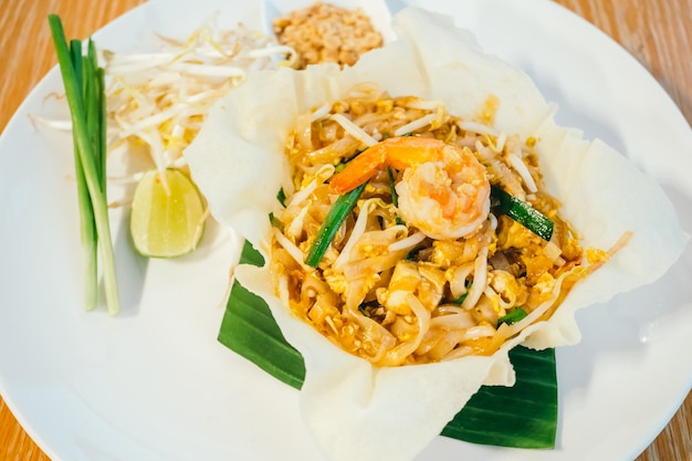pad thai noodles with shrimp or prawn on top photo | free