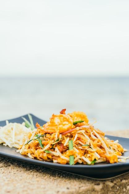 pad thai noodles | free photo