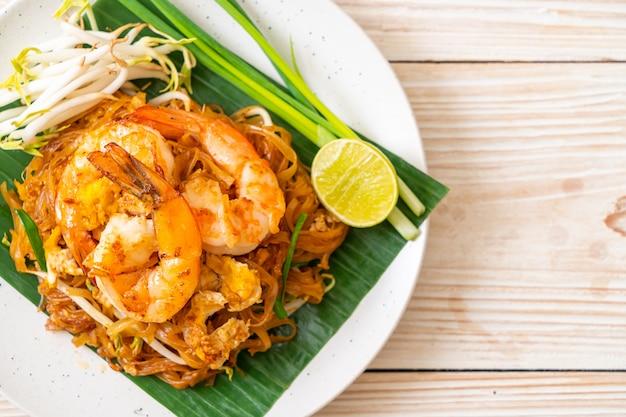 pad thai - stir-fried rice noodles | premium photo