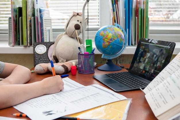 Девушка студент сидит на фоне доски и с помощью мобильного компьютера pad Premium Фотографии