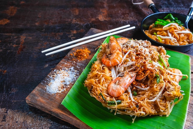Padthai noodles with shrimps and vegetables Premium Photo
