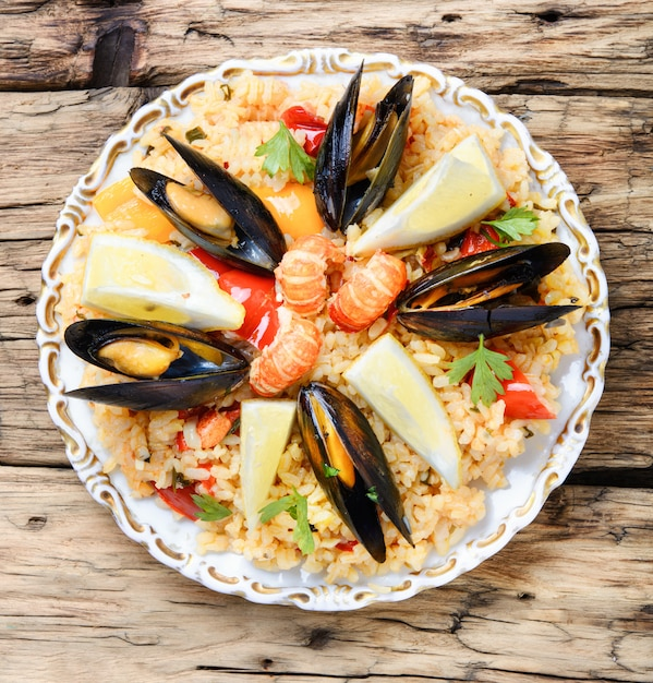 Паэлья с морепродуктами Premium Фотографии