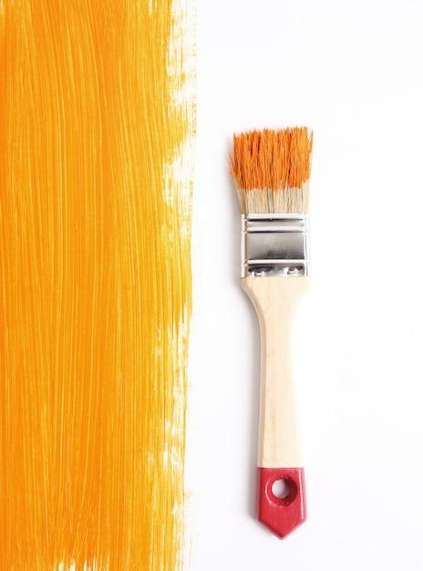 Paint brush with liquid paint Free Photo