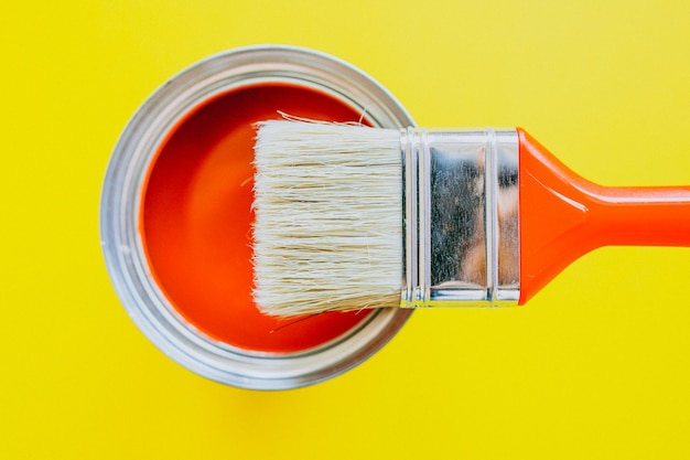 Paint can with paint brush for repairs isolated Free Photo