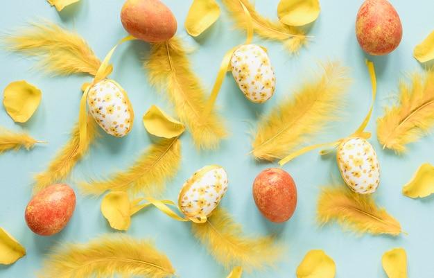 그린 된 부활절 달걀과 깃털 무료 사진