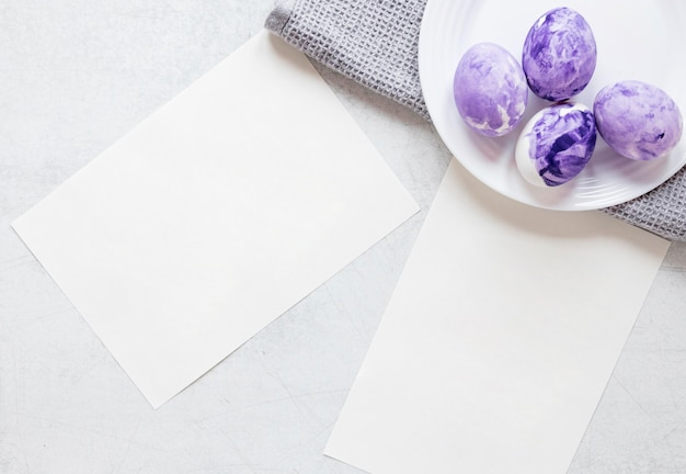 イースターのためのパステルバイオレット色で塗られた卵 無料写真