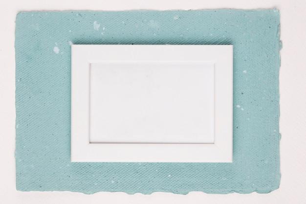 白い背景上のテクスチャ紙に白いフレームを描いた 無料写真