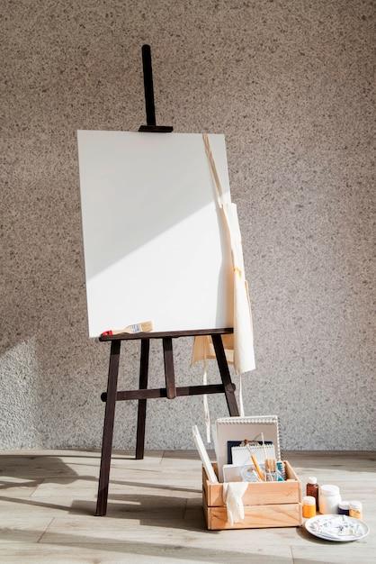 用品ボックス付きのキャンバスを塗る Premium写真