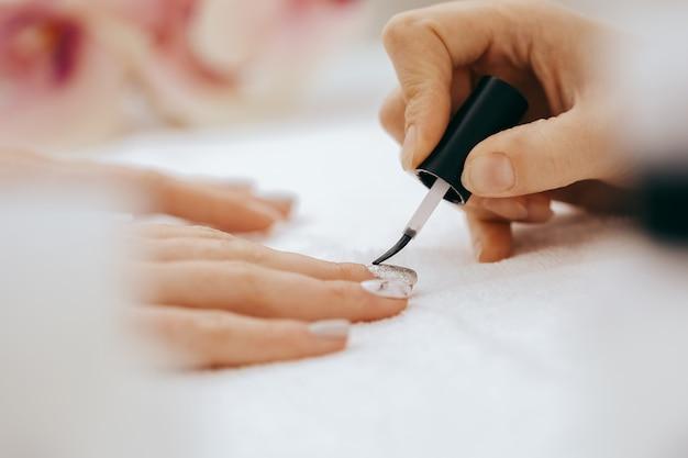 Painting nails Premium Photo