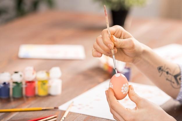 卵に絵を描く Premium写真