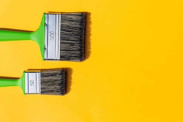 Инструменты рисования. кисти и валик. покраска расходных материалов валиком и кистью в аксессуарах для ремонта дома Premium Фотографии