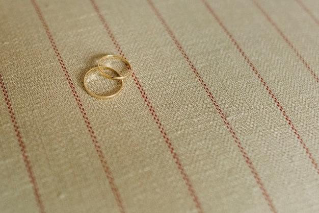 Pair of elegant wedding rings Premium Photo