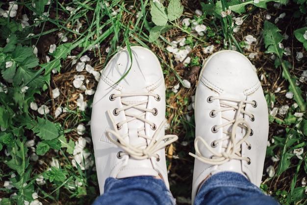緑の芝生に白い靴のペア Premium写真