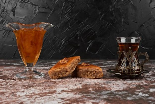 Пахлава с напитком на деревянной доске. Бесплатные Фотографии