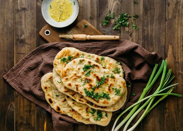 ビューの上の木の板のパキスタン料理 無料写真