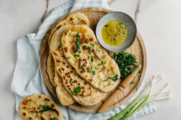 나무 보드 평면에 파키스탄 음식 누워 무료 사진